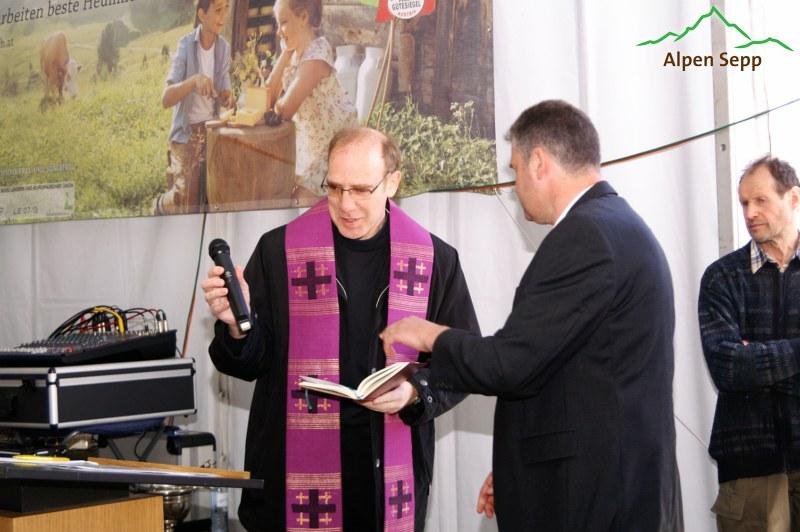Sennereisegnung durch den Bezauer Pfarrer Armin Fleisch