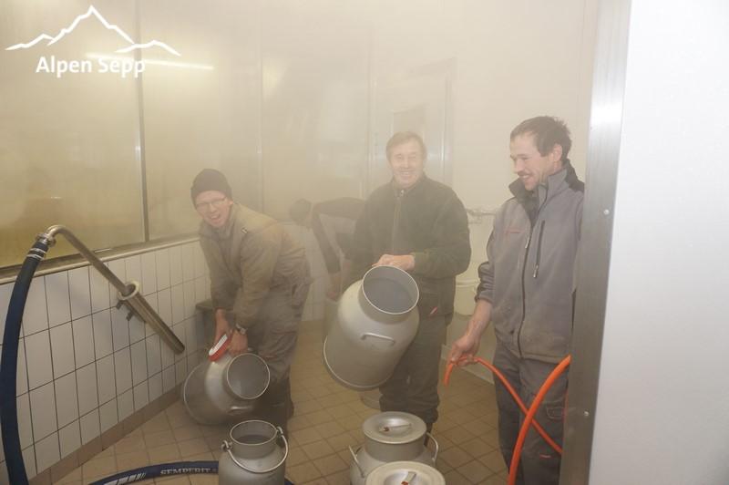Frische Milch von den Auer Bauern um 7:00 morgens