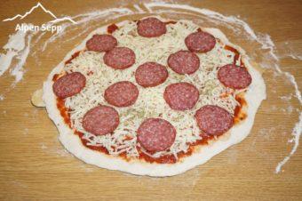 Salami Pizza fertig belegt