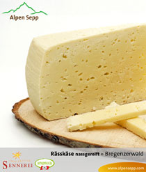 Rässkäse nassgereift in der Käsetheke
