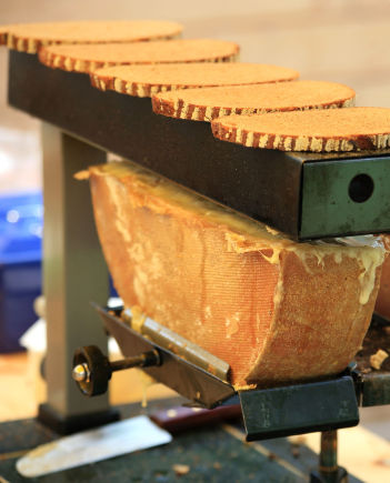 Raclette mit Brot nach Schweizer Art